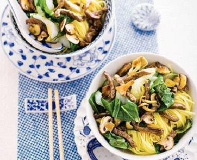 Recept Wokpaksoi met paddenstoelen en hazelnoten