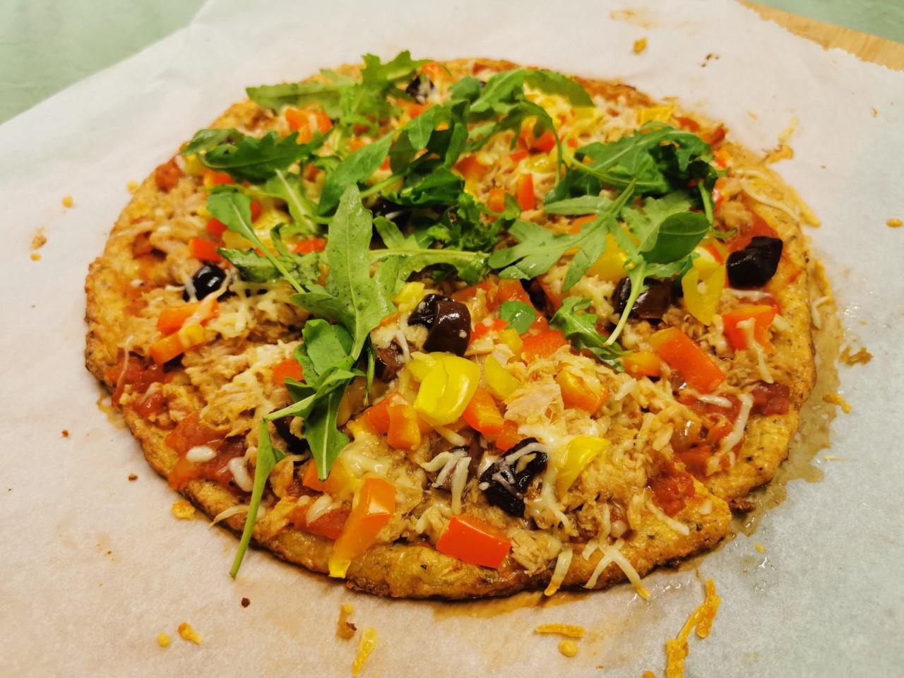 Recept Bloemkoolpizza met tonijn, paprika en olijven